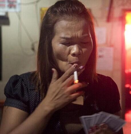 柬埔寨奇怪风俗少女婚前必须会吸烟