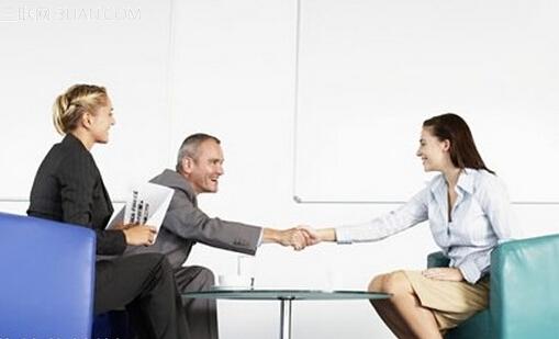 一、求职心气有个度   每个人的学历、经历大致决定了职业方向,每个人的能力、经验决定了职位层次,每个人的家庭、背景又决定了工作地域。所以,这些因素决定了你必然在某个职业圆周内,在求职时,可以适当的放大半径,放宽选择范围,但是,圆心不能偏离,范围不能太广,否则,摆脱了自己的职业圆周,就偏离了自己的职业轨道,漫无边际的寻找,很难选到合适的职位,甚至在这一轮中踏空,成了流浪者。所以,你要掌握好这个度。    二、求职心情有个度   有的人急于求成,整日忙于奔波,却不去思考成功之路;有的人慢条斯理,全然